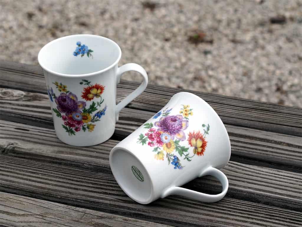 Zwei Porzellanbecher Emma mit Blumenbukett nach Meißner Art